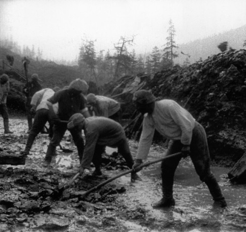 Workers constructing the Kolyma highway.  While the nationality of these men is unknown, they very well could have been Polish deportees.  Wikipedia photo.